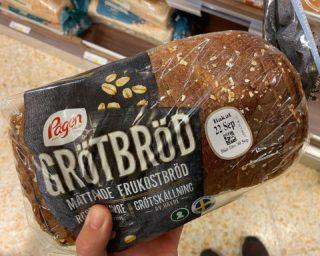 BRÖD ÄR INTE FARLIGT! 🍞 . Många kopplar bröd som ett onyttigt livsmedel man blir tjock av vilket jag tycker är tråkigt då det finns mycket bra och hälsosamma brödsorter att välja bland. Om man inte har någon allergi, sjukdom m.m. som gör att man mår dåligt så ser jag ingen anledning till att utesluta bröd ur sin kosthållning. Varför förbjuda sig till att äta bröd om man gillar det och skulle sakna det i sin kosthållning? 🤷🏻♀️ Det handlar om att äta rätt mängder och med en balanserad kosthållning så kan du äta bröd om du vill! . Väljer du att äta bra brödsorter så är det en superbra kolhydratkälla som även innehåller fiber och passar utmärkt till mellanmål med ett proteinrikt pålägg. Mitt tips är att kolla efter nyckelhålsmärkta brödsorter i brödhyllan, de innehåller garanterat minst 5g fiber, max 5g socker och minst 30% fullkorn per 100g. . Själv älskar jag bröd och skulle inte kunna leva utan att sakna det! 😋 I bilderna ser du mina favoritbrödsorter som vi brukar äta här hemma. Vilka är ditt favoritbröd? Tipsa gärna som en kommentar till inlägget! 😃👍🏻 . Om du vill ha hjälp med att uppnå ditt mål med kosten så hjälper jag dig gärna, läs mer om onlinecoaching på hemsidan www.marathonemma.se/online och gör din intresseanmälan (direktlänk finns i profilen @marathonemma). 👌🏻 . #karlstad #kostrådgivare #onlinecoaching
