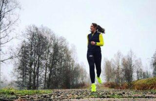"""Det är helg vilket alltid har betytt långpass för mig, idag körde jag mitt 3e """"långpass"""" sedan jag kom igång med löpning efter graviditeten och det bestod av 35 minuter (varav 20 min total löpning). 😃👍🏻💪🏻 Jag växlar fortfarande mellan att gå och jogga, 5 min jogg varvat med 5 min gång som jag ökar med 5 min varje vecka. Det kommer jag att fortsätta göra ett tag till tills jag slår ihop så att det blir längre tid sammanhållen löpning. Skynda långsamt så att säga! 🙏🏼 Såhär långt känns det jättebra med löpningen efter graviditeten, jag har snart varit igång i 2 månader och är otroligt tacksam över att min kropp återhämtat sig så pass väl! Löpning är ju bland det bästa jag vet! 😍 Nu ser jag fram emot att vår son ska bli tillräckligt stabil så att han kan hänga med i joggingvagn! 😍👶🏻 Vi har beslutat oss för att investera i en Thule Glide 2 och ska beställa en snart då vi hört mycket gott om den. 🙃 Hur går det för er träning såhär i coronatider och ruggit mörker? P.S. Glad tredje advent och Lucia! Hoppas ni får lite julfeelings trots lite snö och Corona! 🌺 #ASICSFrontrunner #ASICSFrontrunnerSweden #löpning #karlstad #thuleglide2 @kopbarnvagn @thulestorestockholm"""