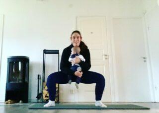 """HEMMATRÄNINGSPASS: Träna med bebis! 💪🏻 Idag körde jag ett helkroppspass hemma tillsammans med Oliver och eftersom jag vet att många som följer mig är hemma och föräldralediga med små bebisar så passar jag på att dela passet här i flödet. 😃 Och du, om du inte har en bebis som redskap kan du alltid ta en viktskiva, kettlebell, gjutjärnsgryta eller fylla en ryggsäck med något tungt! 👌🏻👍🏻 Jobba i en cirkel 1-4 varv (själv hann jag 2,5 varv innan Oliver tröttnade 😅) med följande övningar: 🔸10 Sumoknäböj med liten bebis 🔸10 Armhävning med puss på liten bebis 🔸10 Framåtfällda bebisroddar 🔸10 Bebis twist För dig som är mamma, avsluta gärna med några knipövningar! 😃 OBS! Innan du som nybliven mamma kör passet är det EXTREMT viktigt att du är redo för samtliga övningar med god kontroll på bäckenbotten/mage, speciellt med att göra sista övningen bebis twist! 🙃 Bara för att jag kan göra dessa övningar xx veckor efter förlossningen så betyder det inte att du automatiskt kan göra det bara för att vi har ungefär lika gamla bebisar. Återhämtningen efter en graviditet är mycket individuell och känner du dig osäker på vad din kropp klarar av eller ej, kontakta då en PT med vidareutbildning i träning efter graviditet (ni som bor i Karlstad/Forshaga kan kontakta mig) eller en fysioterapuet med inriktning på återhämtning efter graviditet. 👍🏻 Vad säger ni, skulle det uppskattas med fler """"träna med bebis""""-pass i flödet? 😃 #hemmaträning #marathonemmasträning #löpning #personligtränare #mammaträning #tränamedbebis #karlstad"""