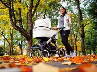 JAG HAR ÄNTLIGEN NÅTT MITT DELMÅL! 😃 . JA, ni läste rätt. Idag nådde jag mitt delmål om att gå promenader (i kombination med mammamageträning) på en sträcka av totalt 300 km före jag ens tänker tanken på att återuppta löpningen igen efter min graviditet! 🥳 Dessutom har jag fått klartecken från min barnmorska att få börja testa att småjogga lite! . Nu är jag såå lycklig och med nästa vecka kommer att återuppta löpningen igen! 👏🏻🥰 Givetvis kommer jag att starta väldigt försiktigt eftersom jag dels varit gravid och inte sprungit på mer än 6 månader men också för att jag genomgått en bukoperation (kejsarsnitt). . Planen är att fortsätta gå mina dagliga promenader men att lägga in långsamma joggintervaller (där jag joggar så långsamt jag kan) under 30s med gåvila som upprepas x antal gånger. Dessa promenader med jogginslag kommer jag att göra 3 gånger i veckan och med tiden kommer jogginslagen att utökas successivt i tid helt enkelt. Lite som att börja om helt från början, så man kan nästa säga att jag är nybörjare på nytt. Det är åtminstone så det känns! 😅 . Jag är så pepp på att få börja testa jogga igen! Och det ska bli sjukt roligt att få dela denna resa tillbaka till att springa maraton igen tillsammans med er! Nu hoppas jag verkligen bara att min plan fortsätter att gå så bra som den gjort hittills och att det inte blir några bakslag, men man vet ju aldrig... Så håll tummarna för mig nu! 🙊 . #ASICSFrontrunner #ASICSFrontrunnerSweden #löpning #löpningeftergraviditet #mammamage #karlstad #träningeftergraviditet