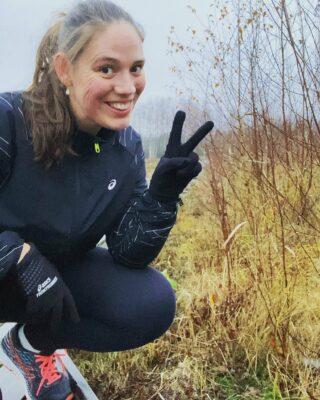 Idag var det dags igen att bege mig ut på en löprunda i det ruggiga höstvädret. Passet bestod av 4x90s lätt jogg med 2 min gång mellan joggsekvenserna. Så det går sakta men säkert framåt i min comeback efter graviditeten! 🥰 . I vanliga fall hade jag tyckt det var ganska motigt men just nu så bryr jag mig inte då jag bara är så lycklig över att äntligen få springa igen! 😍 . Men eftersom jag vet att många andra kanske tycker det känns motigt att komma ut på löprundan i denna mörka årstid kommer här några tips... 🔸 Ha ett tydligt mål! 🔸 Träna ihop med en kompis (det är alltid roligare med sällskap) 🔸 Planera din träning (det blir så mycket lättare att komma ut om man vet vad man ska göra) 🔸 Tänk på den sköna känslan efteråt! . Har du något annat bra tips på hur man ska motivera sig att komma ut på löprundan i dessa mörka tider? Dela gärna med dig i en kommentar nedan! 😃👇🏻 . #löpning #ASICSFrontrunner #ASICSFrontrunnerSweden #löpningeftergraviditet #karlstad