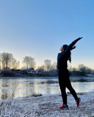 Alltså hur skönt är det inte att det trista gråa regnrusket äntligen gett med sig och lite solstrålar? 😃 Även om det inte blev någon snö till jul iår (hos oss) så får man vara glad för det lilla. 🥰 Jag har njutit av det fina vädret genom att försöka visats utomhus så mycket som möjligt med bl a en morgonjogg på julaftons morgon som var sådär magiskt vacker med frost, kolla bara på bilden! 😍 Just nu är jag uppe i totalt 24 min jogg (exkl. gåvilorna) på mina distans- och långpass och jag är så glad/tacksam över att min kropp återhämtat sig så bra hittills efter graviditeten. Fortsätter det såhär kommer det inte dröja länge till förens jag kan springa på som vanligt igen utan gåpauser under mina distans- och långpass! 😃 Då börjar träningen inför Göteborgsvarvet marathon den 19 September på riktigt. 👍🏻 Jag hoppas verkligen att det blir av, med tanke på utvecklingen av pandemin känns det som att man inte vågar hoppas på något i förskott.. Jag kommer iaf träna inför det då jag redan är anmäld sedan typ 1 år tillbaka och mitt mål kommer vara att bara ta mig runt inom 6h utan att bli skadad, dvs inga tidsmål! 🙃 Har du satt upp några löparmål (eller annat träningsmål) för 2021 än? Eller vågar du inte det pga pandemin? #löpning #ASICSFrontrunner #ASICSFrontrunnerSweden #klarälven #klarälvsbanan #karlstad #göteborgsvarvetmarathon