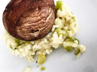 Nu när hösten är här är också svampsäsongen här. 🍂🍄 Jag älskar svamp! Favoriten är såklart kantareller men tätt därefter kommer portobellosvamp. Portobellosvamp innehåller flera olika vitaminer och mineraler, bland annat selen och B-vitamin. Idag tänkte jag därför bjuda på ett recept av risotto med just portabellosvamp i! Enjoy! 😋 . DU BEHÖVER: - 4 stora portabellosvampar- 4 dl avorioris - 2 msk smör- 10 dl grönsaksbuljong (tärning + vatten)- 1 vitlöksklyfta- 1 gul lök- 1 knippa färsk grön sparris - salt och peppar - 1 dl riven parmesanost . SÅHÄR GÖR DU: 1️⃣ Sätt ugnen på 200°C. 2️⃣ Lägg svamphattarna på ett ugnssäkert fat. Lägg en klick smör på varje svamphatt och krydda med salt och peppar. Stek hattarna i ugnen 15-20 minuter. 3️⃣ Hacka under tiden lök och vitlök och fräs det i en klick smör i en kastrull. Skär av topparna på sparrisen och spara dessa. Grovhacka resten av sparrisstjälkarna och rör ner detta i kastrullen. Häll på riset och låt det fräsa med någon minut utan att ta färg.4️⃣ Häll på buljong, lite i taget, och låt riset suga upp all buljong innan du häller på mer. Koka riset på svag värme under omrörning i cirka 20 minuter. Det ska vara mjukt och krämigt men fortfarande ha tuggmotstånd. 5️⃣ Riv osten och rör ner i risotton, vänd ner sparrisknopparna och krydda med nymalen svartpeppar.6️⃣ Lägg upp den rykande heta risotton på de varma svamparna. . Tips! Det går också bra att ha i sojabönor eller annan svamp än portabellosvamp. . SMAKLIG MÅLTID! 👌🏻 . ————————————————- . Har du tappat inspiration och motivation till din kosthållning för att kunna nå dina mål? Jag hjälper dig gärna att hitta tillbaka genom onlinecoaching! Skicka ett mail till info@marathonemma.se eller besök marathonemma.se (direktlänk i bion @marathonemma) så berättar jag mer! 😃 . #risotto #recept #kostrådgivare #ptonline